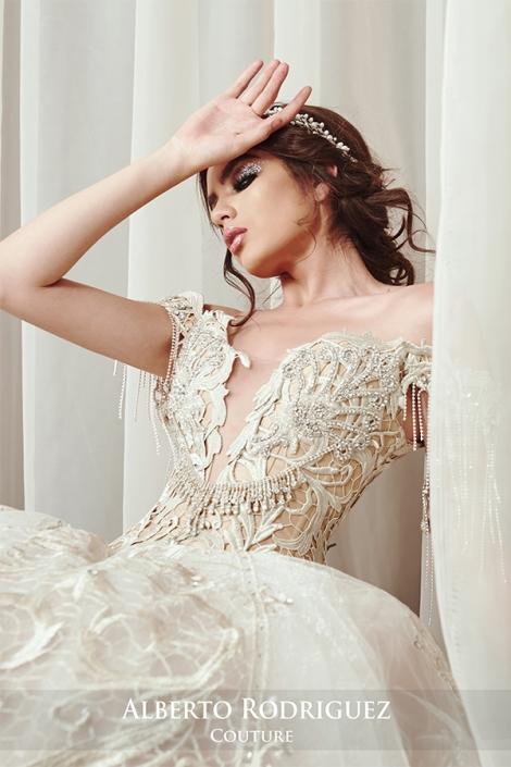 vestido bordado de pedrería nude y plata
